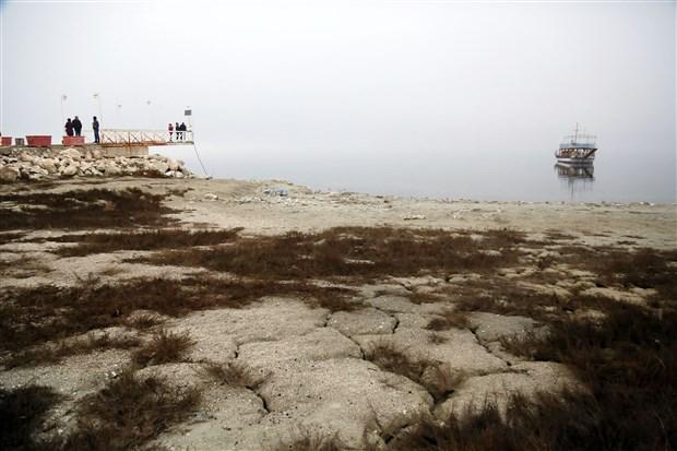 turkiye-nin-en-buyuk-7-golu-burdur-da-sular-cekildi-iskele-ortada-kaldi-824292-1.
