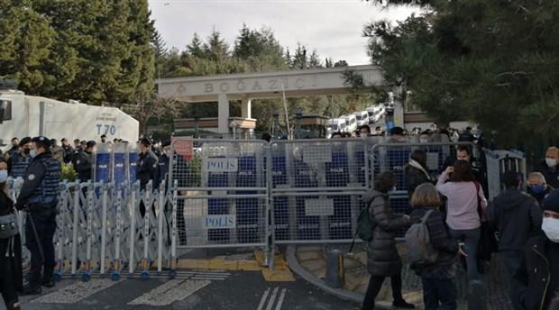 bogazici-direniyor-okulun-disinda-abluka-icinde-protesto-825607-1.