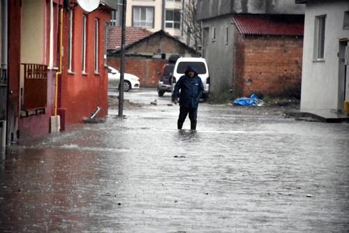 edirne-de-baslayan-saganak-yagis-yuzunden-sokaklar-gole-dondu-ev-ve-is-yerlerini-su-basti-828128-1.