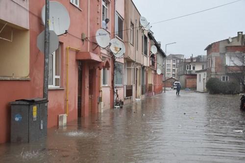edirne-de-baslayan-saganak-yagis-yuzunden-sokaklar-gole-dondu-ev-ve-is-yerlerini-su-basti-828129-1.