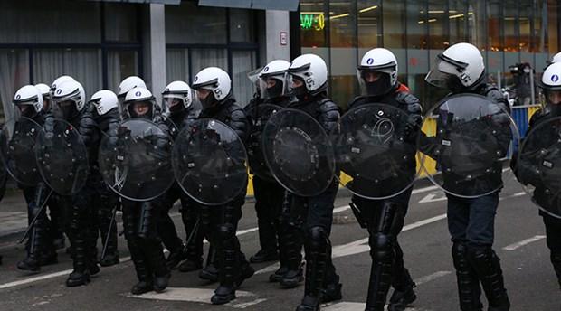belcika-da-siyah-ibrahima-barrie-nin-gozaltinda-olmesini-protesto-eden-eylemciler-karakolu-atese-verdi-829044-1.
