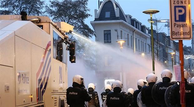 belcika-da-siyah-ibrahima-barrie-nin-gozaltinda-olmesini-protesto-eden-eylemciler-karakolu-atese-verdi-829046-1.