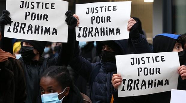 belcika-da-siyah-ibrahima-barrie-nin-gozaltinda-olmesini-protesto-eden-eylemciler-karakolu-atese-verdi-829047-1.