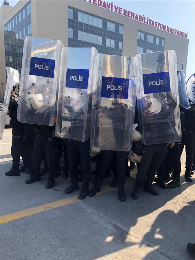 saglik-emekcilerinin-protestosuna-polis-mudahalesi-8-kisi-gozaltina-alindi-832472-1.