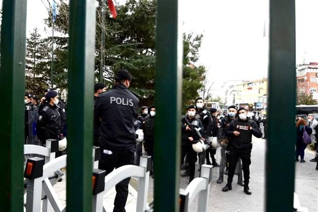 bogazici-universitesi-onundeki-protestoya-polis-mudahalesi-gozaltilar-var-836521-1.