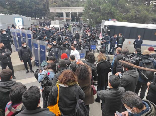 bogazici-universitesi-onundeki-protestoya-polis-mudahalesi-gozaltilar-var-836531-1.