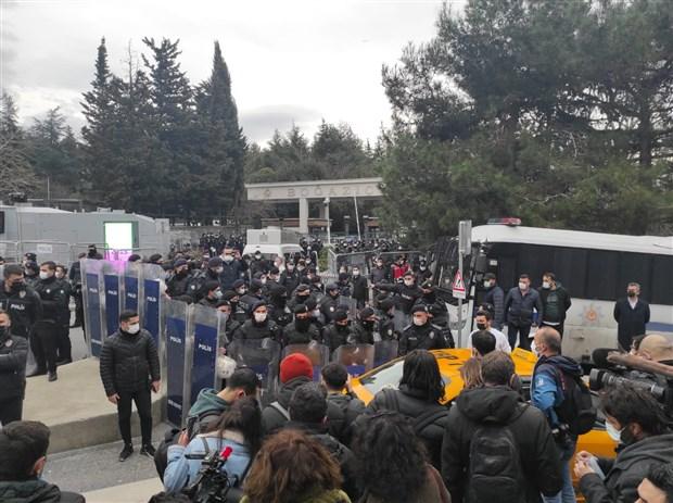 bogazici-universitesi-onundeki-protestoya-polis-mudahalesi-gozaltilar-var-836532-1.