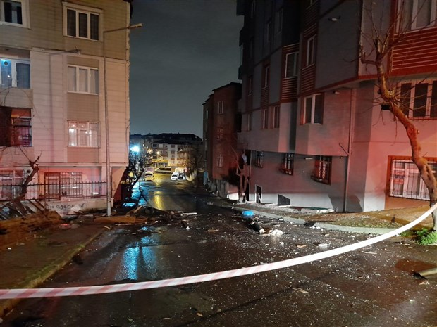 istanbul-da-firtina-etkili-oldu-bircok-bolgede-catilar-uctu-839497-1.