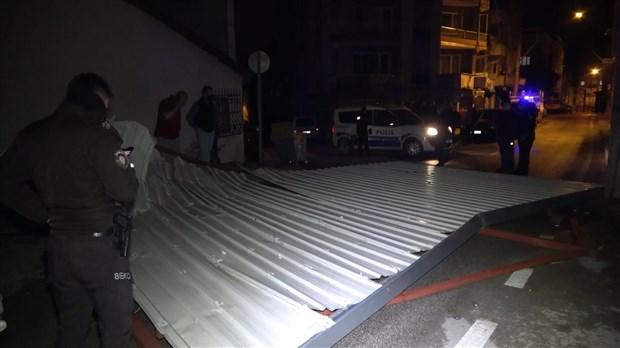istanbul-da-firtina-etkili-oldu-bircok-bolgede-catilar-uctu-839500-1.