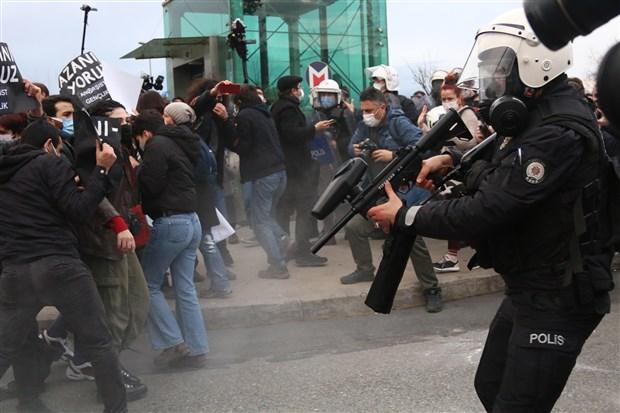 omer-celik-bogazici-nde-demokratik-protesto-hakkinin-asildigini-one-surdu-839707-1.