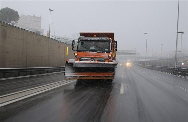 istanbul-beyaza-burundu-kar-yagisi-suruyor-841502-1.