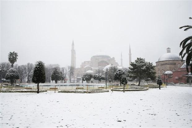 istanbul-beyaza-burundu-kar-yagisi-suruyor-841503-1.