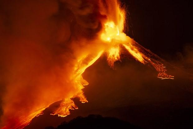 italya-daki-etna-yanardagi-bir-kez-daha-faaliyete-gecti-843112-1.