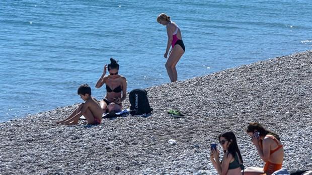 antalya-da-gunesli-havayla-sahiller-doldu-845311-1.