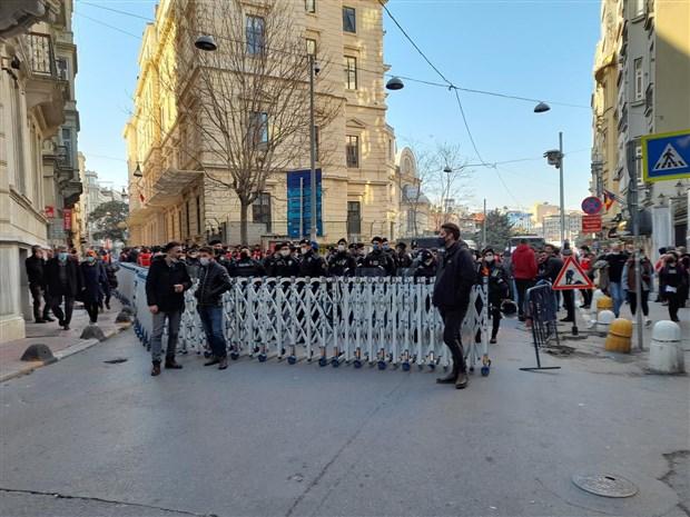 canli-blog-kadinlar-8-mart-ta-alanlarda-istanbul-da-toplanmalar-basladi-850056-1.