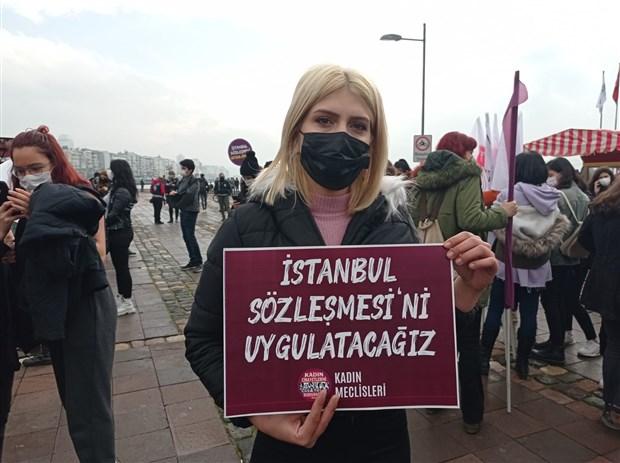 kadinlar-istanbul-sozlesmesi-nin-feshedilmesine-karsi-sokaga-cikti-karari-geri-cek-sozlesmeyi-uygula-854871-1.