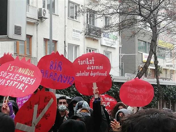 kadinlar-istanbul-sozlesmesi-nin-feshedilmesine-karsi-sokaga-cikti-karari-geri-cek-sozlesmeyi-uygula-854879-1.