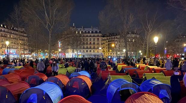 paris-te-multeciler-hukumete-seslerini-duyurabilmek-icin-sehrin-ortasina-kamp-kurdu-857100-1.