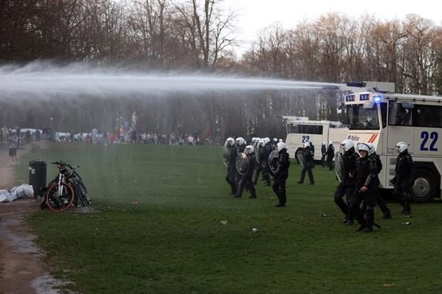 belcika-da-1-nisan-sakasi-olarak-duyurulan-festival-gercege-donustu-polis-mudahale-etti-859695-1.