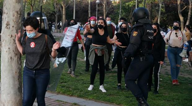 ispanya-da-asiri-sagci-vox-partisi-nden-provokasyon-mitingi-polis-solculara-saldirdi-862060-1.