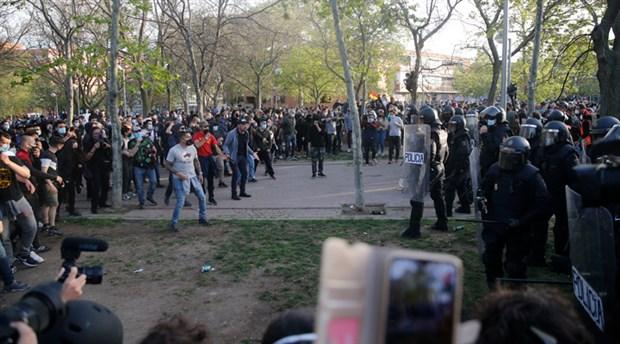 ispanya-da-asiri-sagci-vox-partisi-nden-provokasyon-mitingi-polis-solculara-saldirdi-862061-1.
