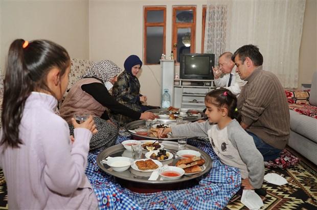 erdogan-iftarda-yer-sofrasinda-goruntu-verdi-864657-1.
