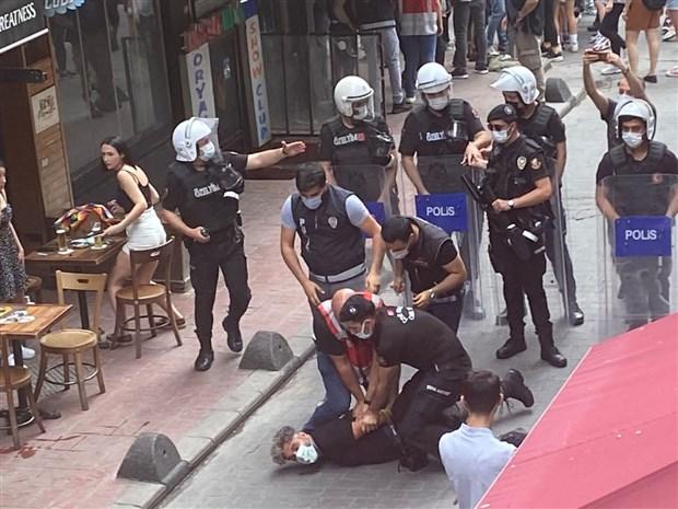istanbul-da-onur-yuruyusu-ne-polis-mudahalesi-gozaltilar-var-892314-1.