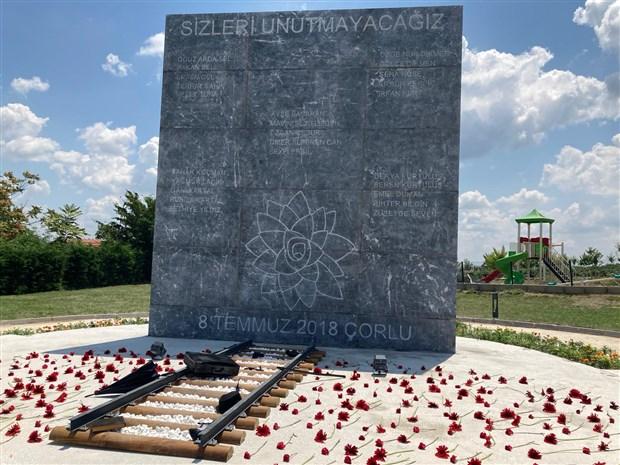 corlu-tren-kazasinda-hayatini-kaybedenler-anisina-anit-yapildi-896759-1.