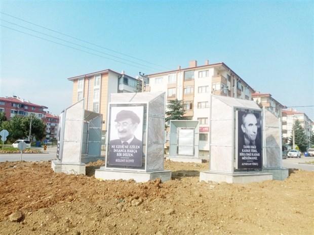 inonu-ecevit-demirel-erbakan-turkes-ve-yazicioglu-bolu-belediyesi-trafik-gerekcesiyle-kaldirdigi-siyasilerin-fotograflarini-yeni-yapilan-gobege-yerlestirdi-903178-1.