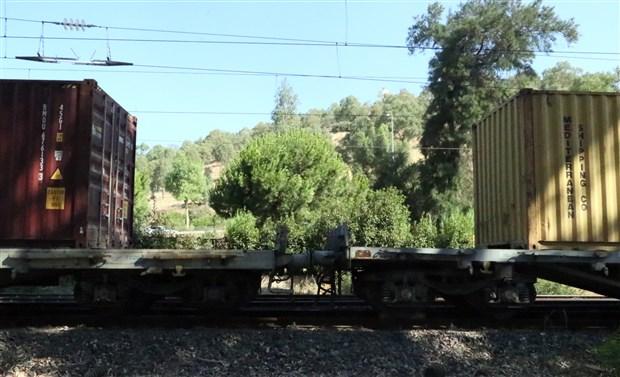 izmir-de-yuk-treni-raydan-cikti-907522-1.