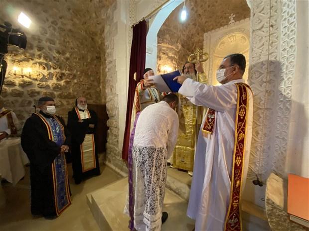 midyat-ta-suryani-cemaati-30-yil-sonra-papaz-toreni-gerceklestirdi-918810-1.