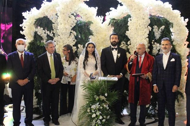 2-eski-milletvekilinin-torunu-ve-kizi-evlendi-1500-kisilik-dugunde-2-milyon-lira-ve-4-kilo-altin-takildi-919123-1.
