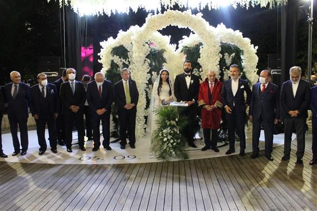 2-eski-milletvekilinin-torunu-ve-kizi-evlendi-1500-kisilik-dugunde-2-milyon-lira-ve-4-kilo-altin-takildi-919124-1.
