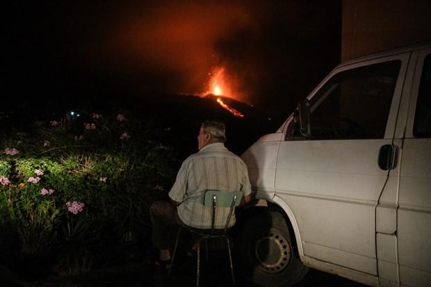 cumbre-vieja-yanardaginin-patlamasi-yuzlerce-ev-yandi-lavlar-denize-dokulurse-siddetli-patlamalar-olacak-924590-1.