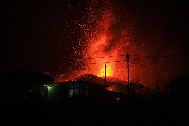 cumbre-vieja-yanardaginin-patlamasi-yuzlerce-ev-yandi-lavlar-denize-dokulurse-siddetli-patlamalar-olacak-924591-1.