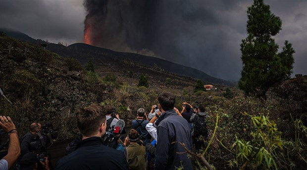 cumbre-vieja-yanardagi-ndaki-lav-akisi-suruyor-400-ev-yok-oldu-924953-1.