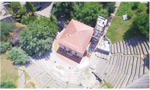 Tiyatro sahnesine mescit inşa etmek