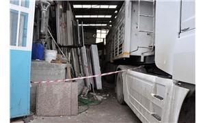 Üzerine mermer bloğu devrilen kamyon şoförü yaşamını yitirdi