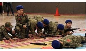 Anasınıfı öğrencilerinin asker üniformalı gösterisine inceleme