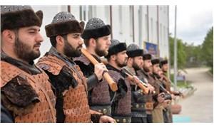 Askerlere 'Alp' kıyafeti giydirip türbede nöbete başlattılar