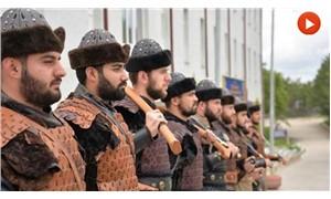 Askerlere 'Alp' kıyafeti giydirip türbede nöbete başlattılar!