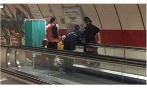 Taksim metrosunda  yürüyen banta yaşlı kadının ayağı sıkıştı