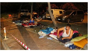 13 kişilik aile hastane otoparkında yerde yatıyor