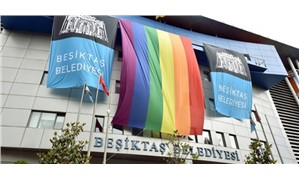 Beşiktaş Belediyesi, binasına gökkuşağı bayrağı astı