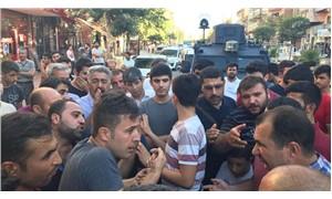 Elektrik kesintilerine tepki gösteren mahalleli DEDAŞ ekibini rehin aldı