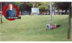İnsanlar parkta oksijen alıyor