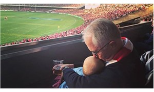 Bira içerken torununu öptüğü için eleştirilen Avustralya Başbakanı: Çılgınlık
