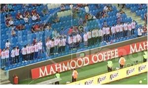 Trabzonspor taraftarı tribünde Sedat Peker yazılı tişörtler giydiler