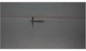 Tunca Nehri taştı, çiftçiler tarlalarda kayıkla geziyor