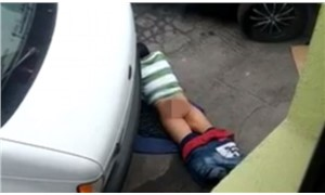 Asfalt yolla cinsel ilişkiye girmeye çalışırken görüntülenen adam hayrete düşürdü